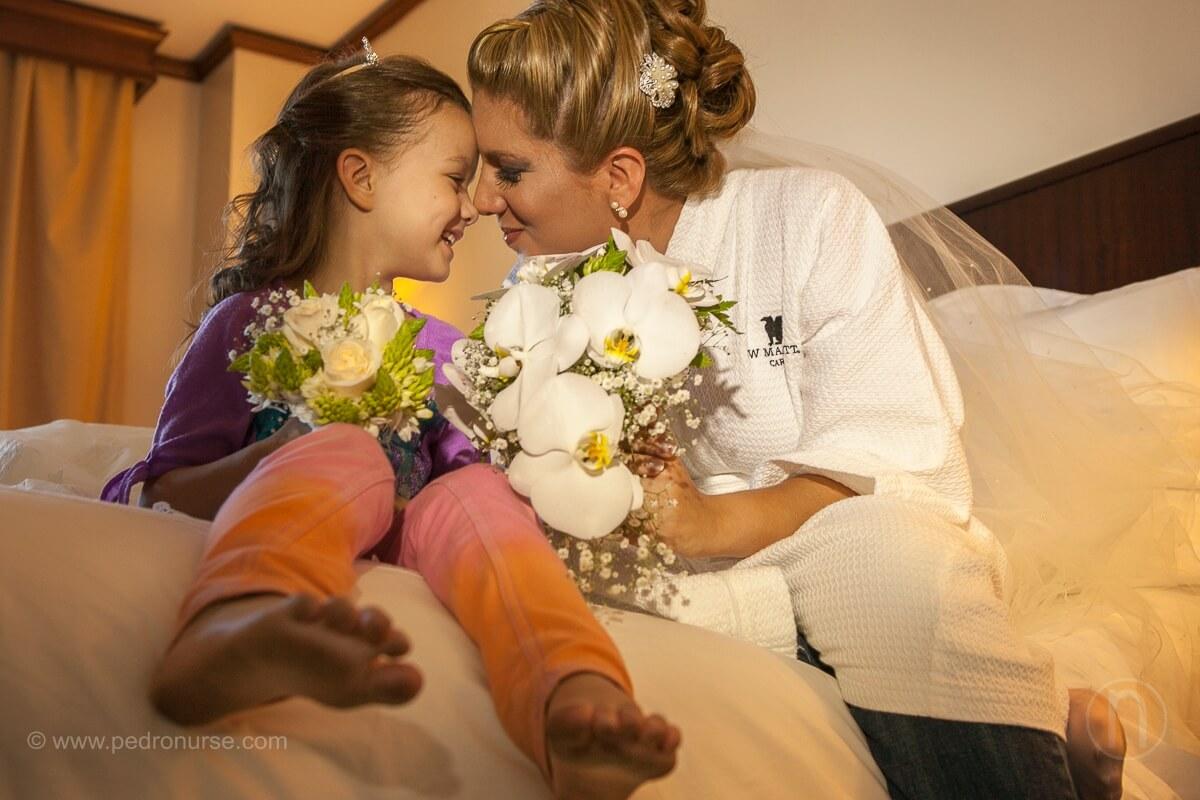 fotos de novia y sobrina con bouquet en hotel marriott caracas