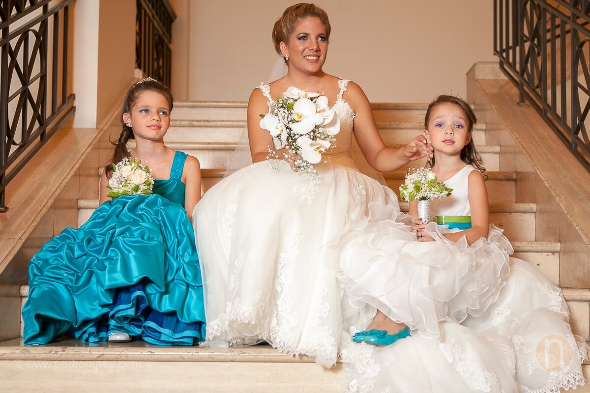 fotos de novia y pajecitas niñas con su vestido en hotel marriott caracas