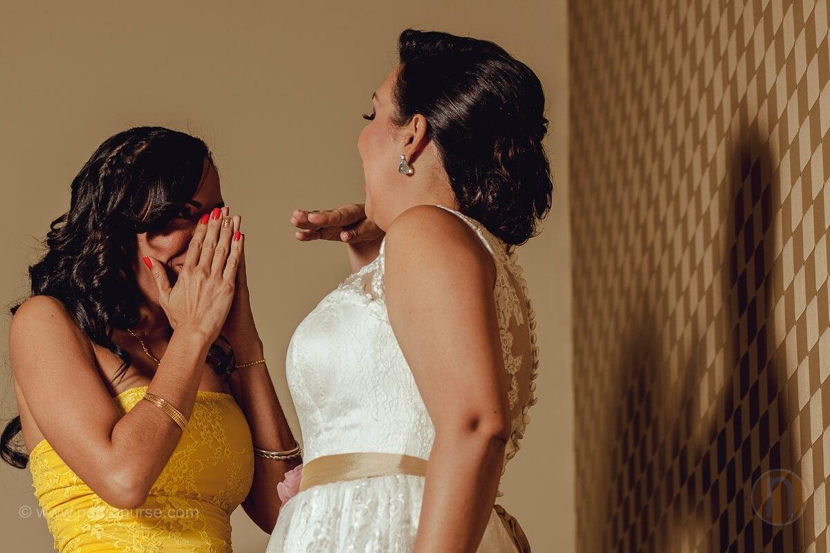 fotos de madrina de boda emocionada en hotel renaissance caracas