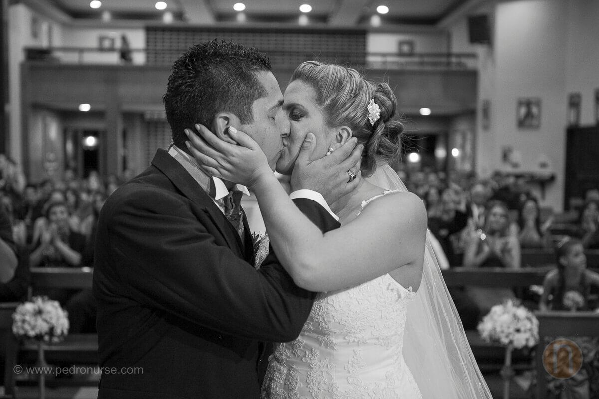 fotos de primer beso novia novio como esposos en boda en iglesia caridad del cobre santa paula caracas