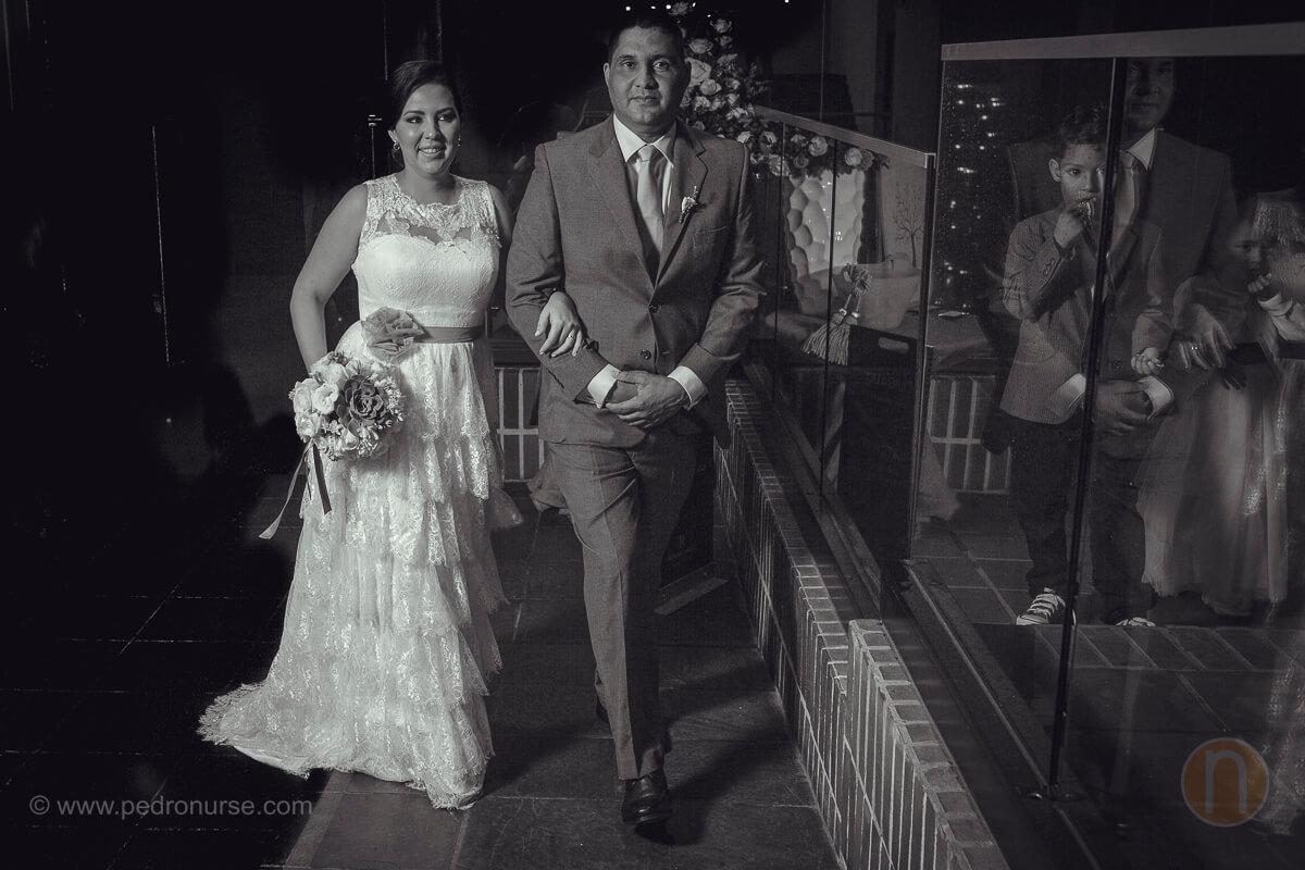 fotos de novia entrando con su padre en boda hotel renaissance