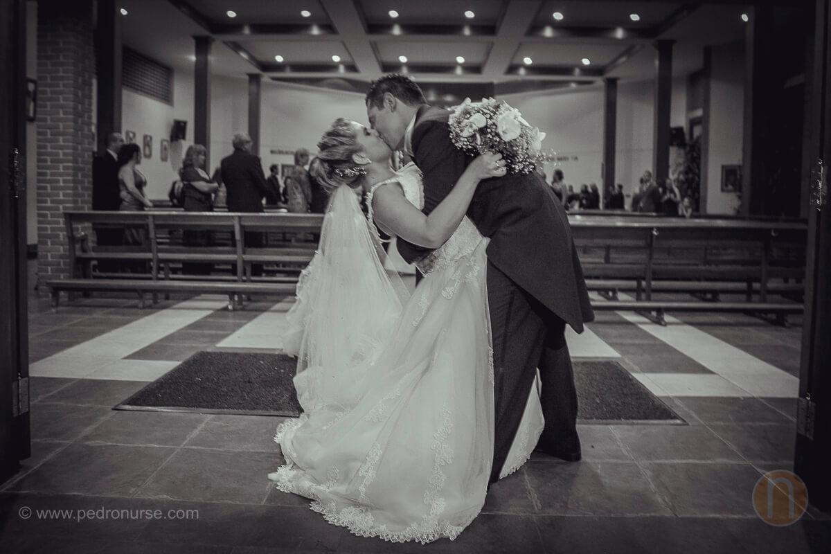 fotos de beso romantico de novia y novio en boda en iglesia caridad del cobre caracas