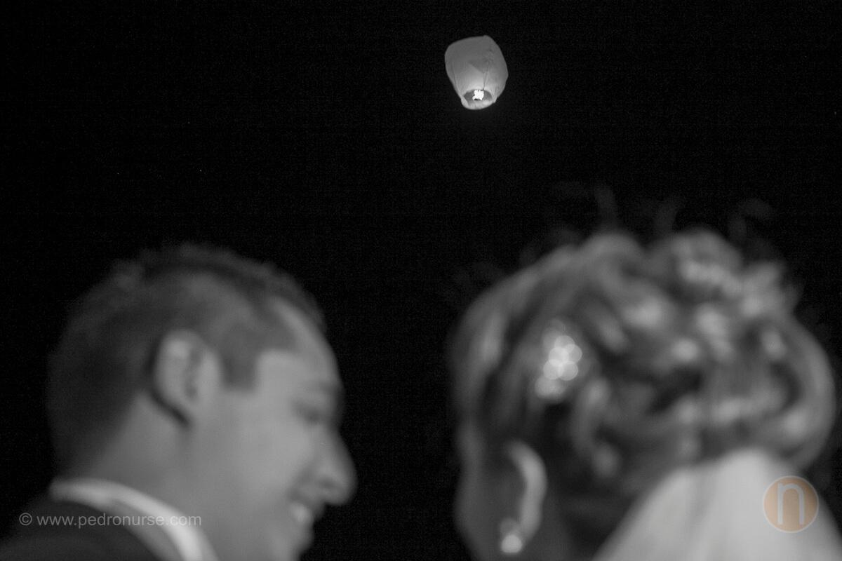 fotos de novio y novia lanzando globos de deseo en iglesia la caridad del cobre en caracas