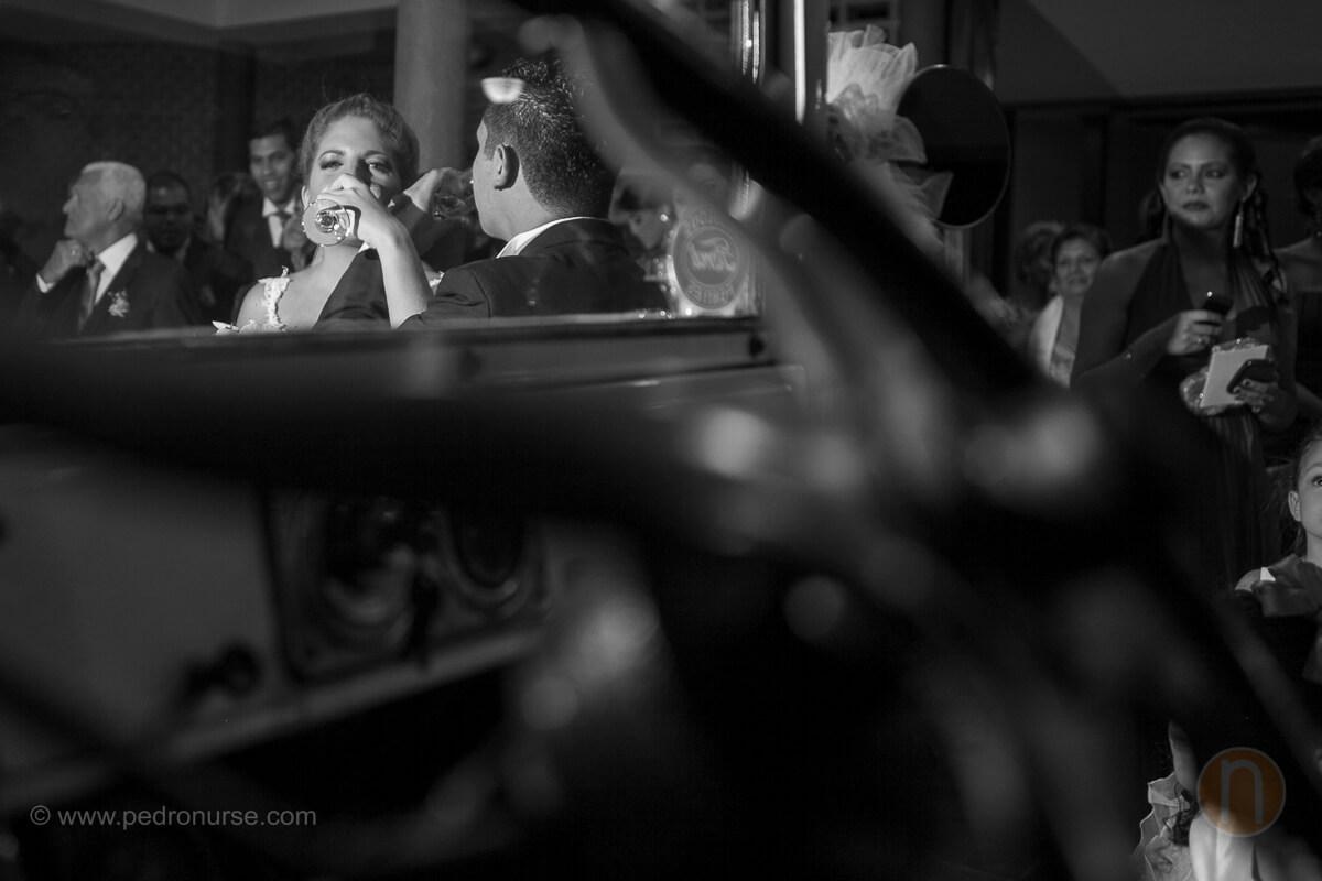 fotos de brindis esposos en carro clasico en boda en iglesia de santa paula caracas