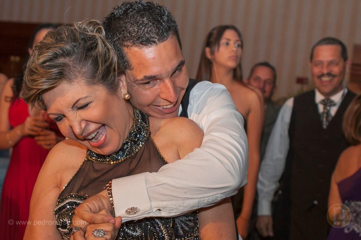 fotos de novio bailando con su mama en boda hotel marriott caracas