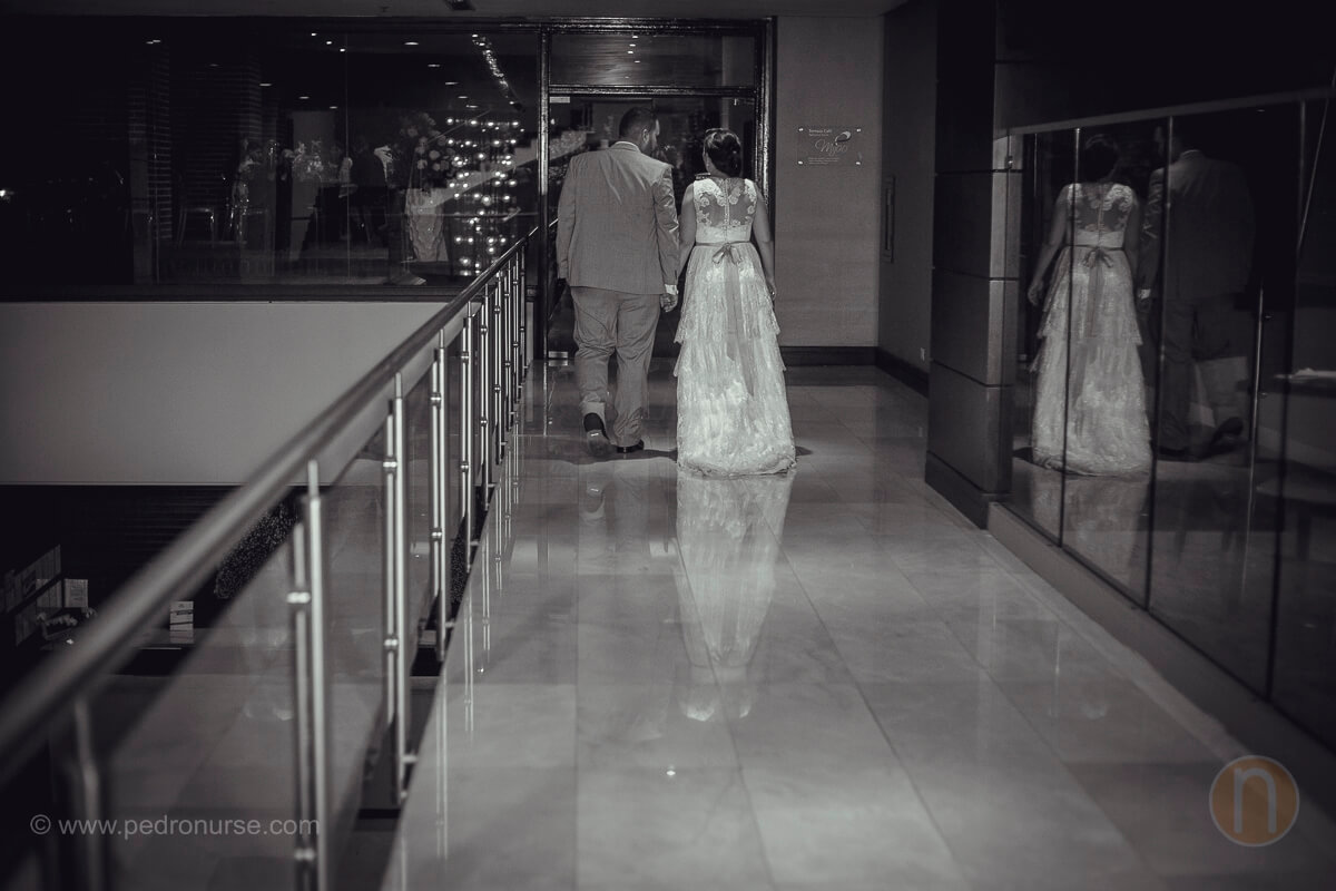 fotos de novio novia esposos caminando en boda hotel renaissance caracas