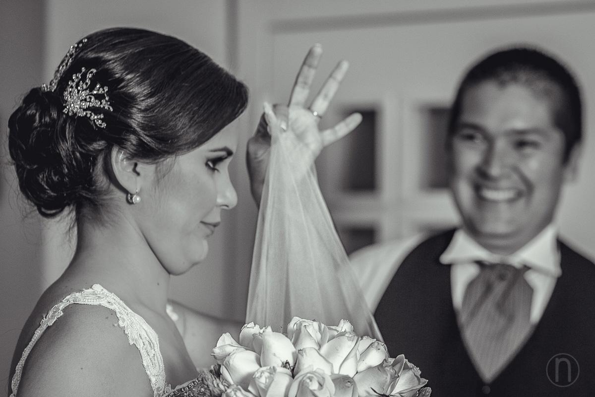 fotos de preparativos novia con velo en la mano boda en venezuela