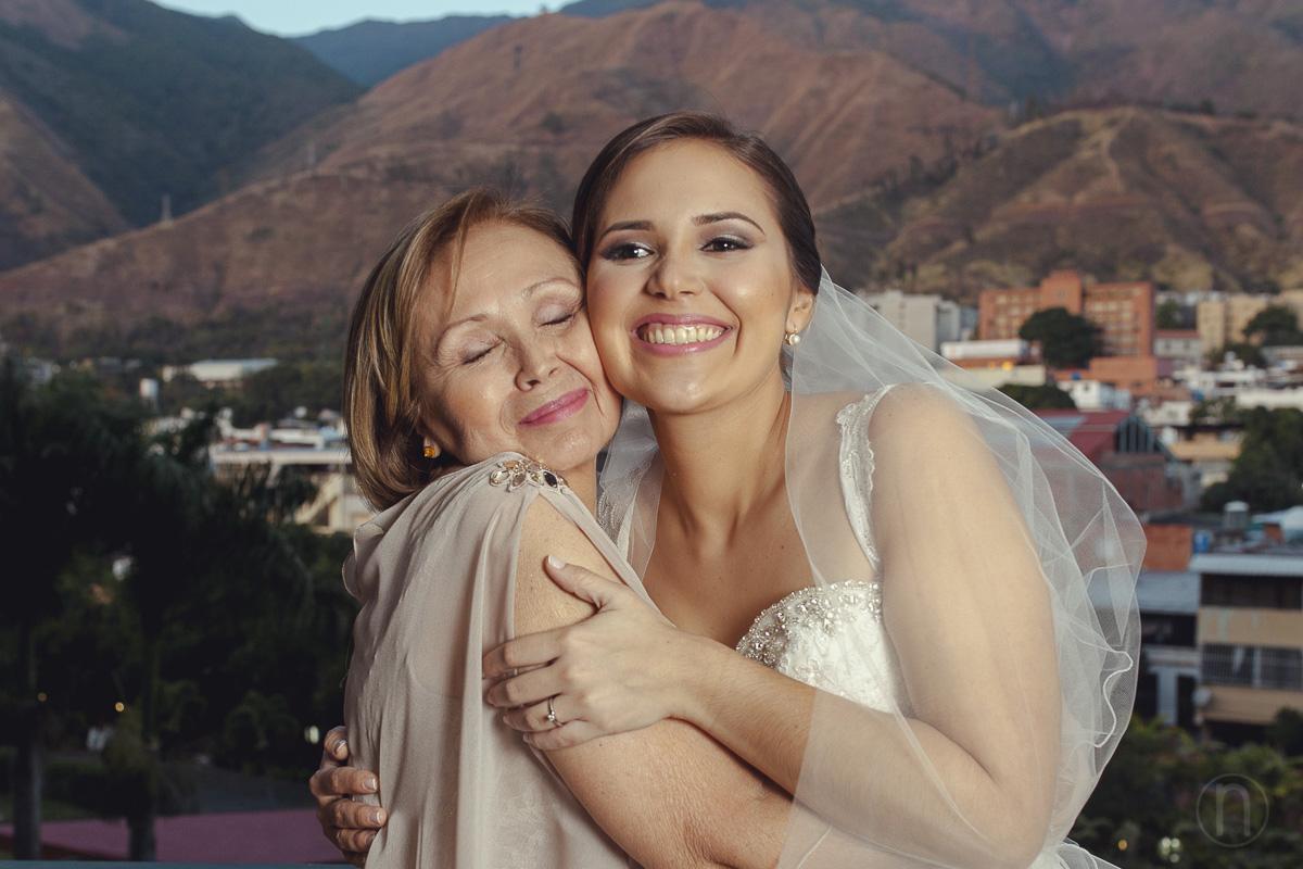 fotos abrazo de madre e hija boda en caracas