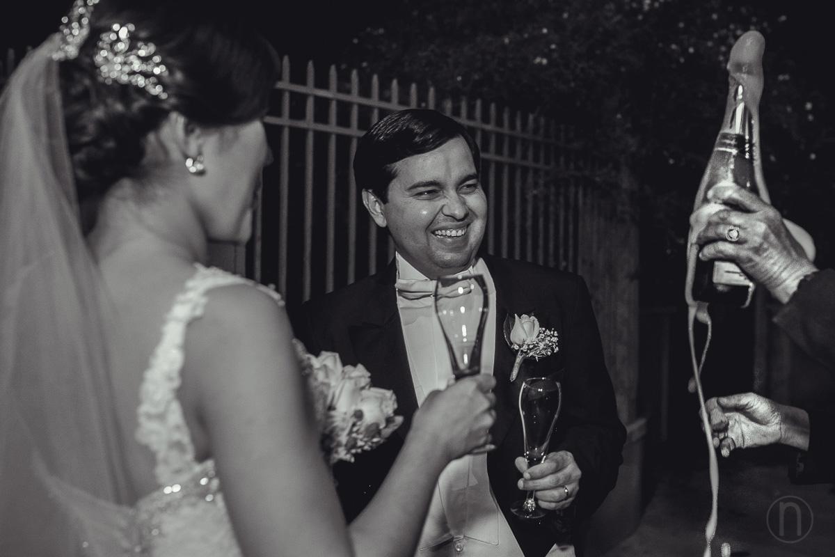 fotografia de brindis con champagne novia novio en iglesia nuestra senora del carmen campo claro chacao caracas