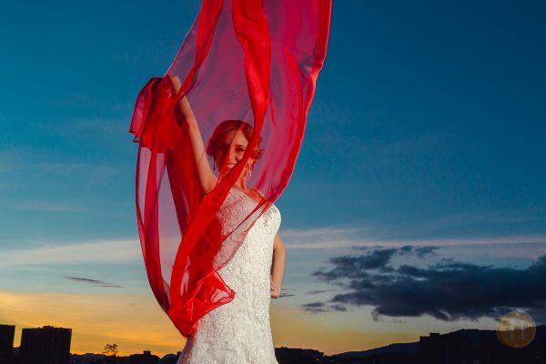 fotos de novias en atardecer con velo rojo