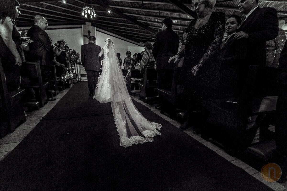 fotos de entrada de novia con velo largo en iglesia la ascencion del senor caracas