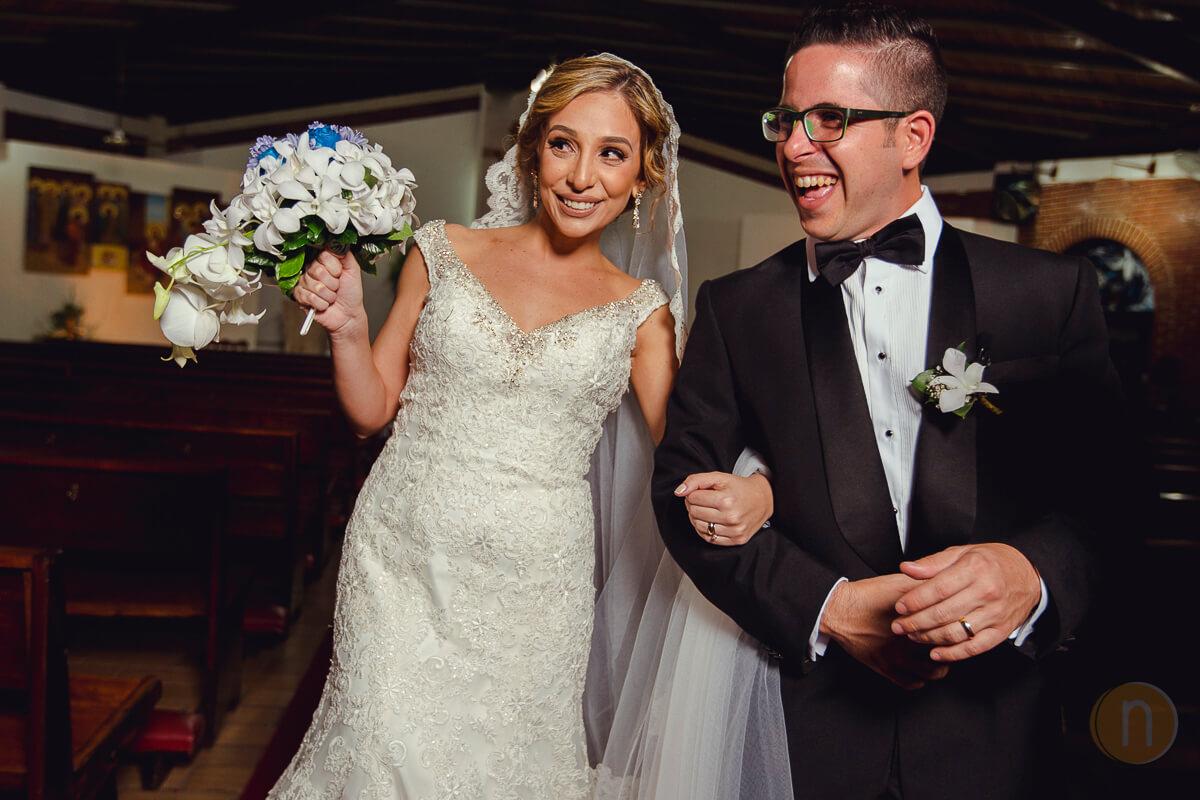 fotos de novios felices en boda de kris y tony iglesia la ascencion del senor caracas venezuela