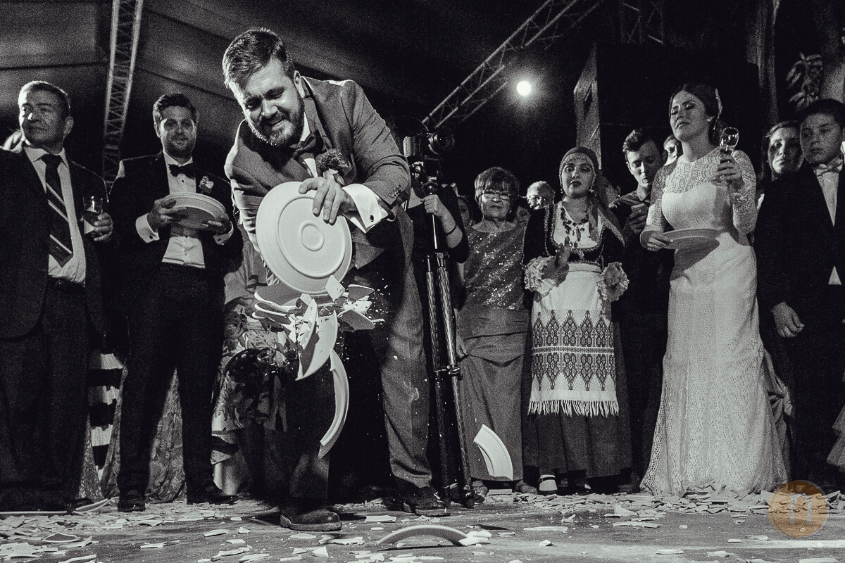 fotos de tradicion boda griega barquisimeto romper platos en pista baile