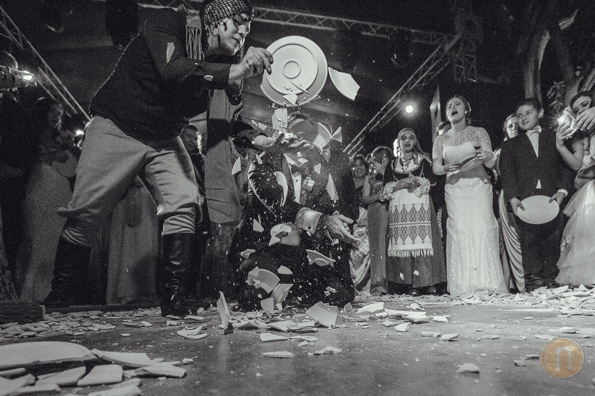 fotos de boda griega barquisimeto romper platos en pista baile