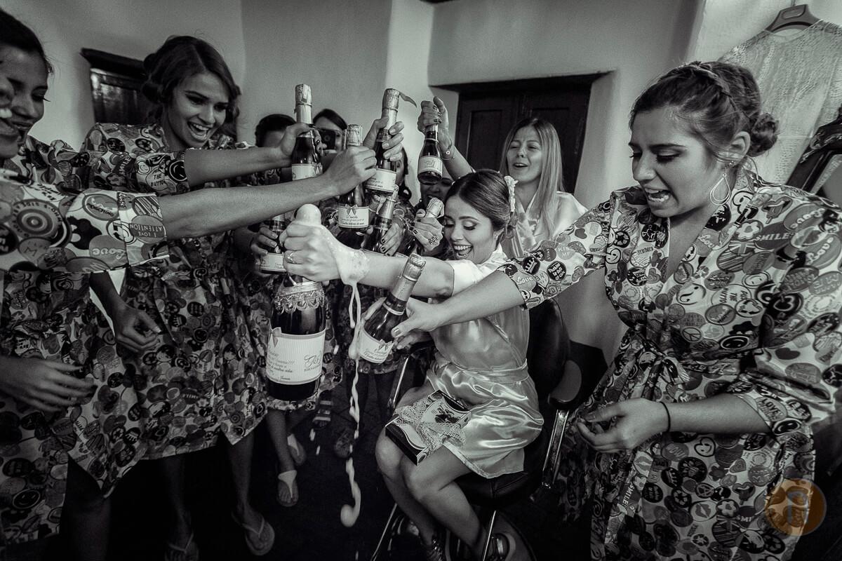 Fotos de Brindis con Champagne Novia con Cortejo con Batas