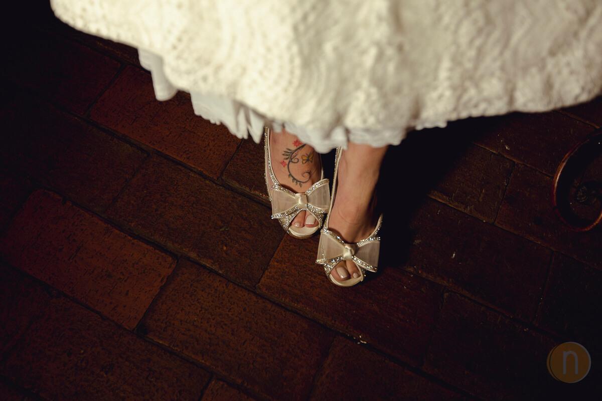 fotos de zapatos de novia con tatuaje en pie en Boda en Barquisimeto