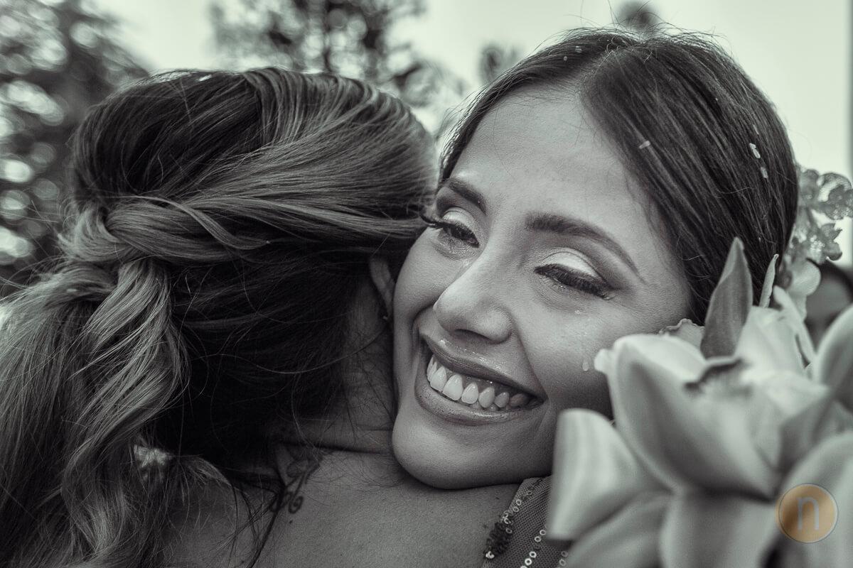 fotos de novia llorando con hermana en ceremonia boda en barquisimeto