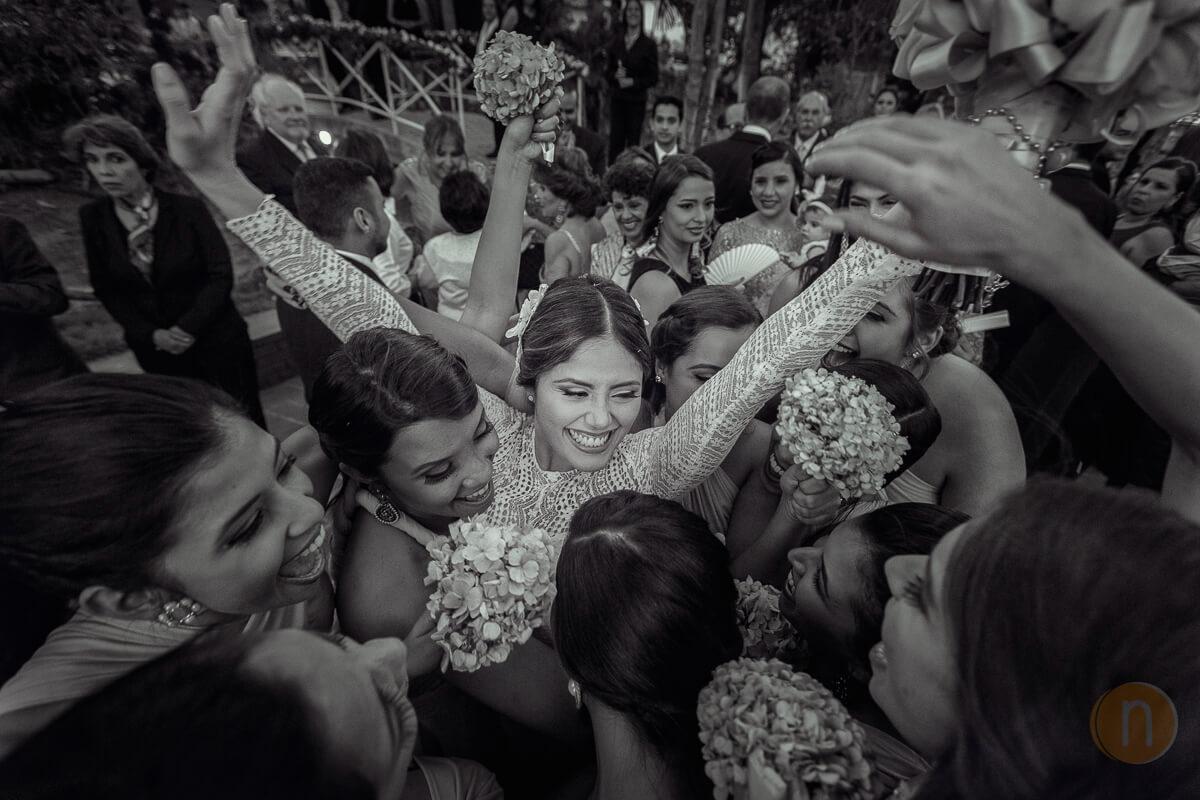 fotos de novia celebrando con cortejo en boda hacienda agua viva barquisimeto