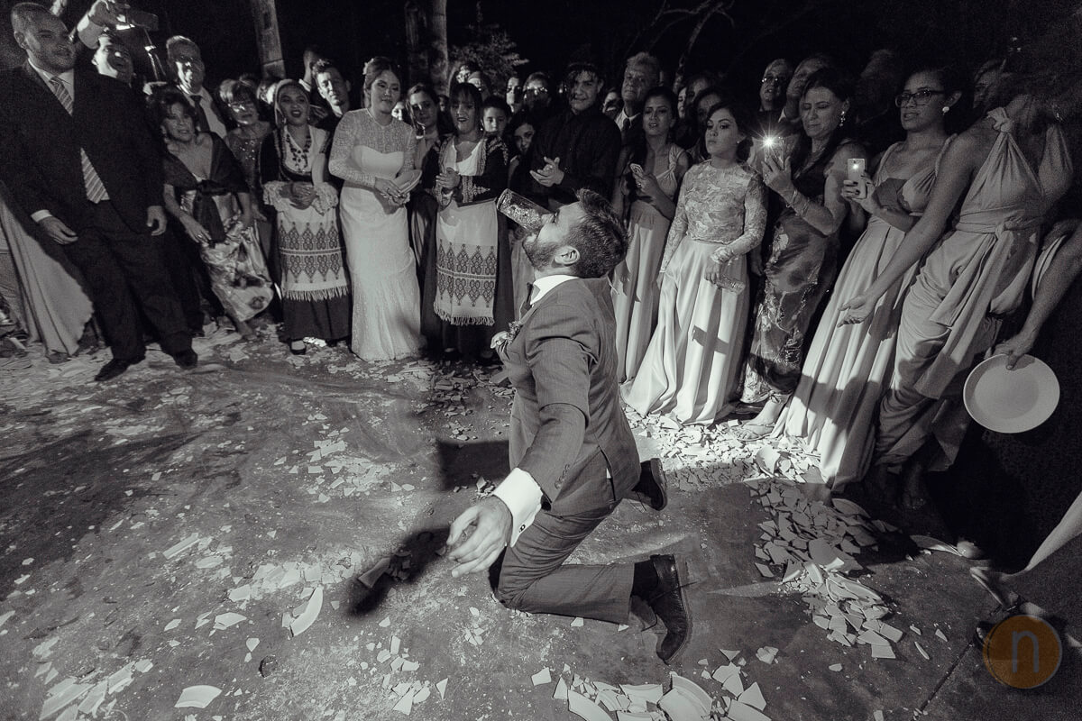 fotos de novio bailando platos rotos en boda griega en barquisimeto