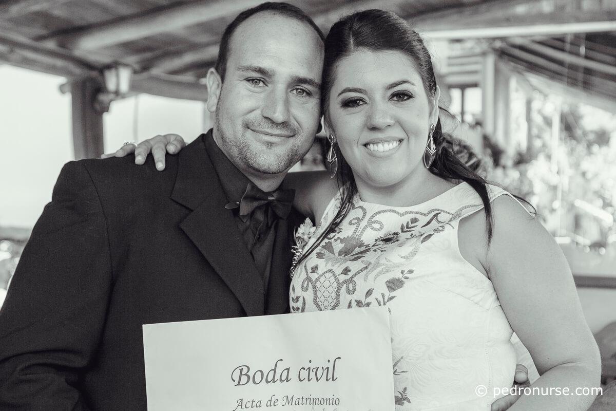 fotos de Novios felices con su acta de matrimonio civil caracas venezuela