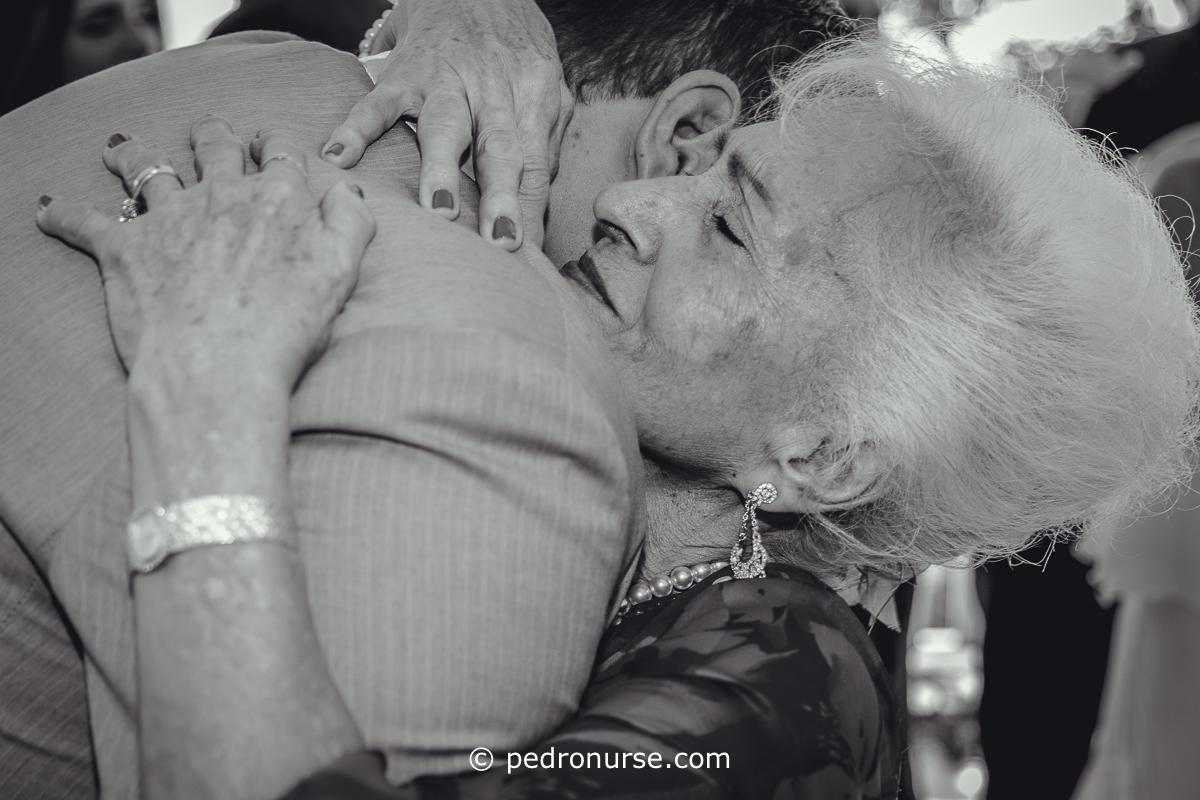 fotos de abuela abrazando novio boda en galipan