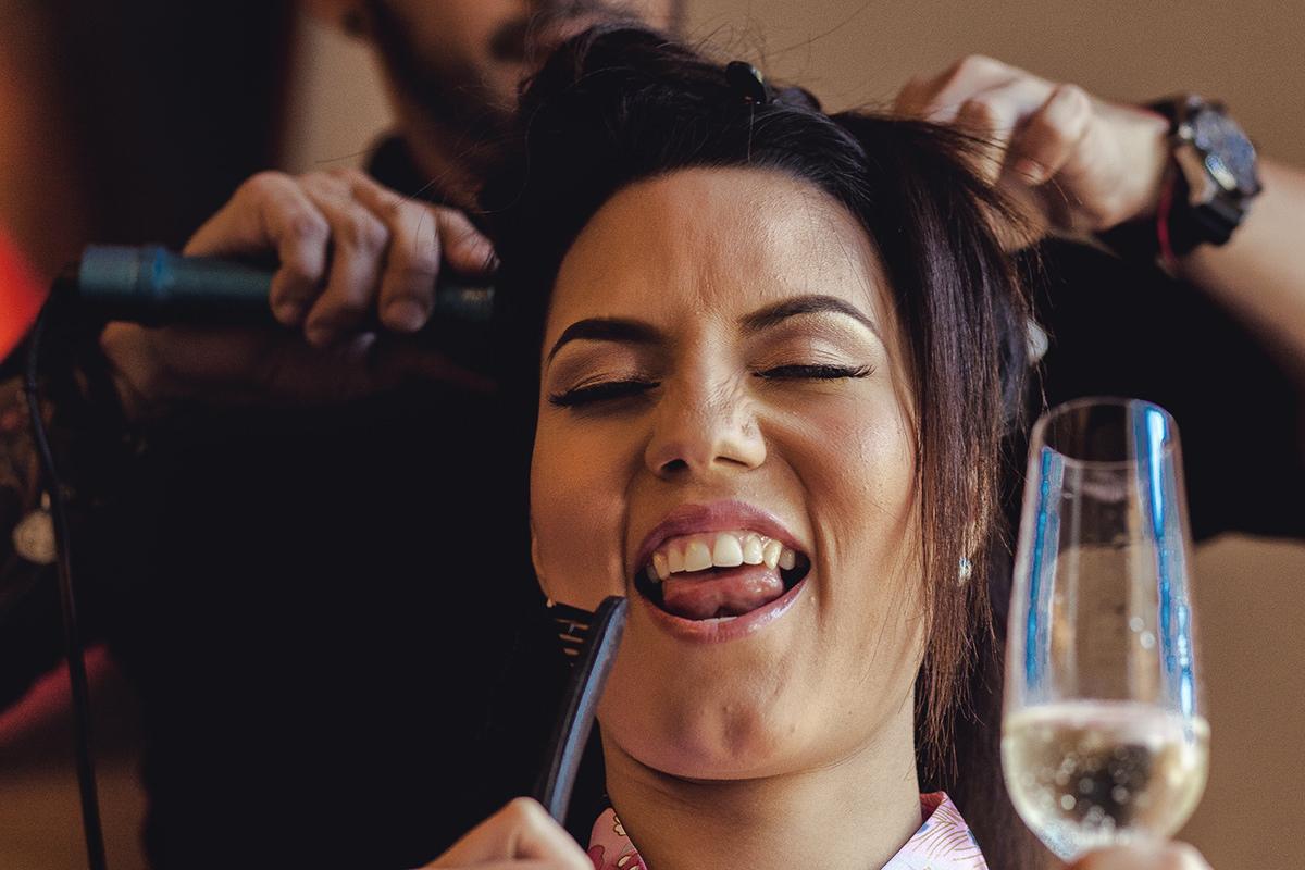 Novia maquillandose, preparativos de novia, getting ready, maquillando a novia para boda, novia y madre abriendo botella champagne, novia feliz, Bodas en Caracas, bodas en Venezuela, Fotografo Venezolano