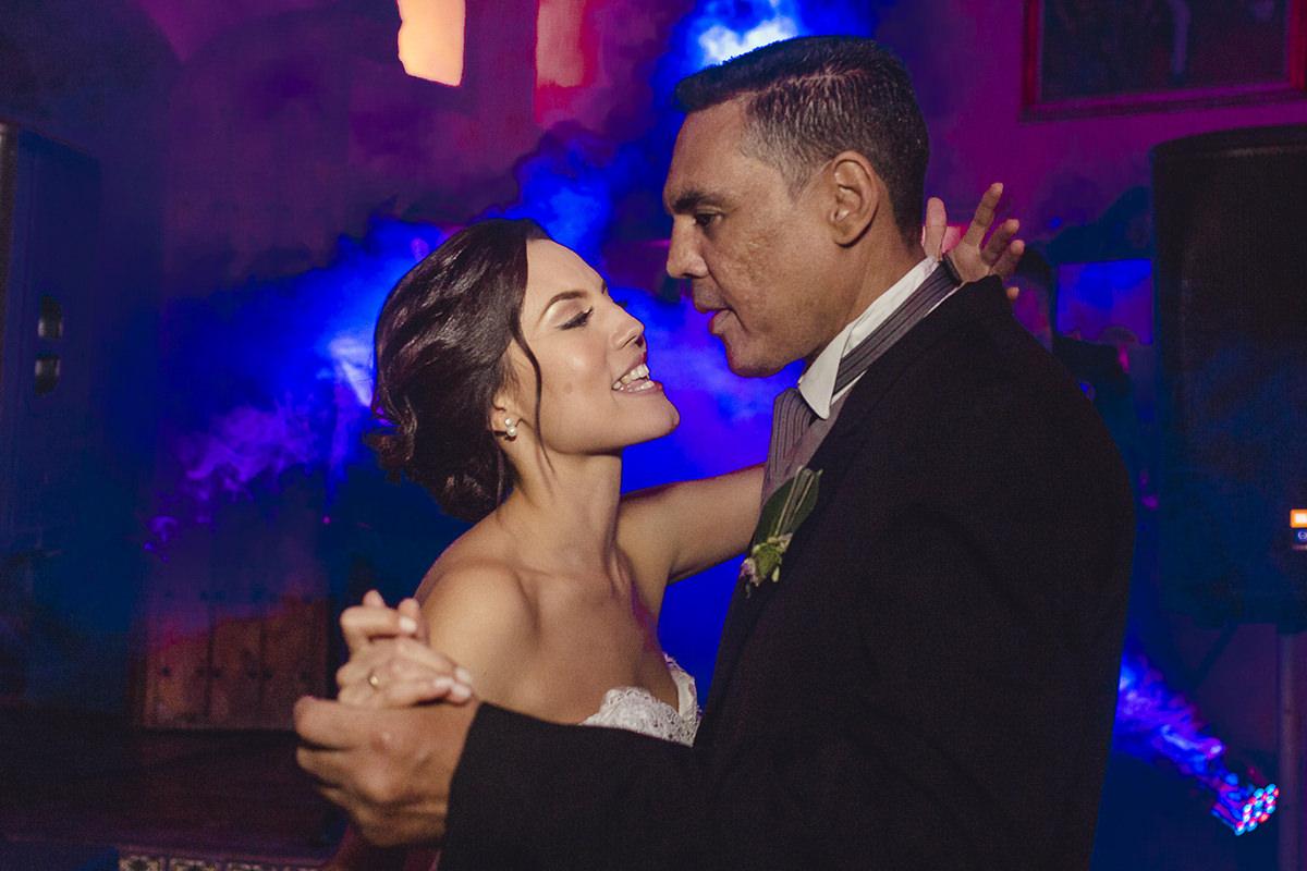 Novia bailando con su Padre, Novia bailando con su Papa, baile de la novia, fiesta de boda, recepción de boda, fotos divertidas, fotos originales de bodas, foto artística de boda, fotografo en caracas, fotógrafos venezolanos, Bodas en Caracas, bodas en Venezuela, Fotografo Venezolano, fotógrafo de bodas en caracas, pareja de novios hermosos, fotógrafo de bodas caracas, fotógrafo de bodas latinoamerica, las mejores fotos de bodas, imágenes con alma